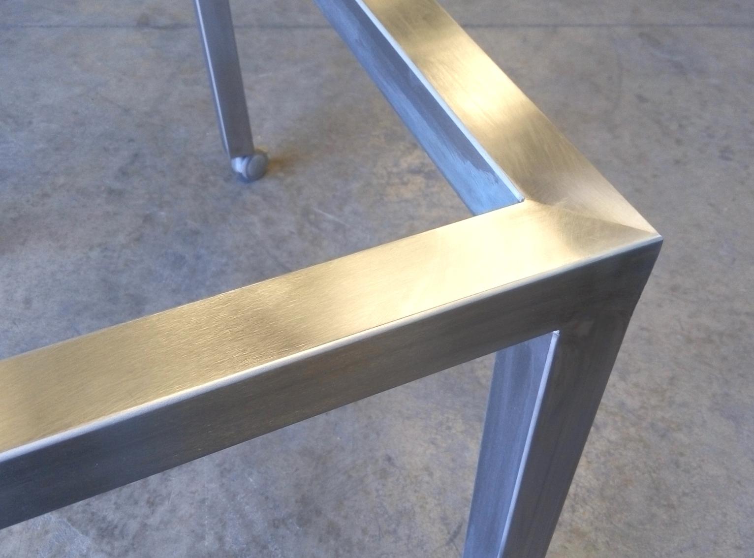 Estructura mesa en acero inoxidable acabado satinado. Detalle