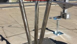 Refuerzo in situ en torre de telecomunicaciones mediante camisas de tubo fresado de acero inoxidable marino AISI 316 como protección ante los primeros síntomas de corrosión en la base.