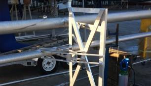 Soporte para placa solar soldado a mástil embarcación