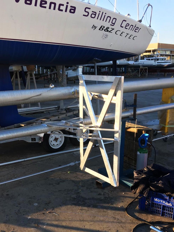Soporte para placa solar soldado a mástil de embarcación