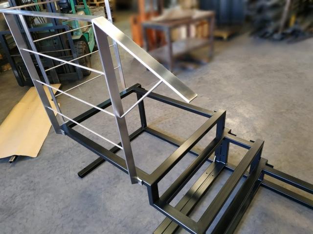 Zanca escalera en hierro con barandilla en acero inoxidable, para reforma de vivienda particular. Quedando en voladizo y con huella de cristal una vez instalada