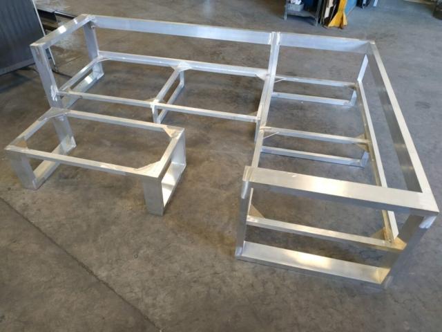 Conjunto sofás y mesa en aluminio previo a lacado